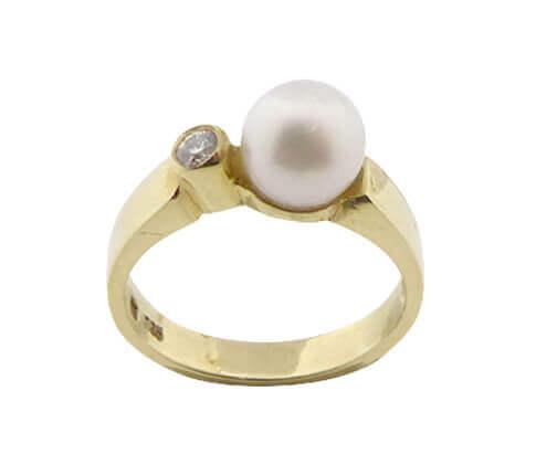 Gouden ring met zoetwaterparel en diamant