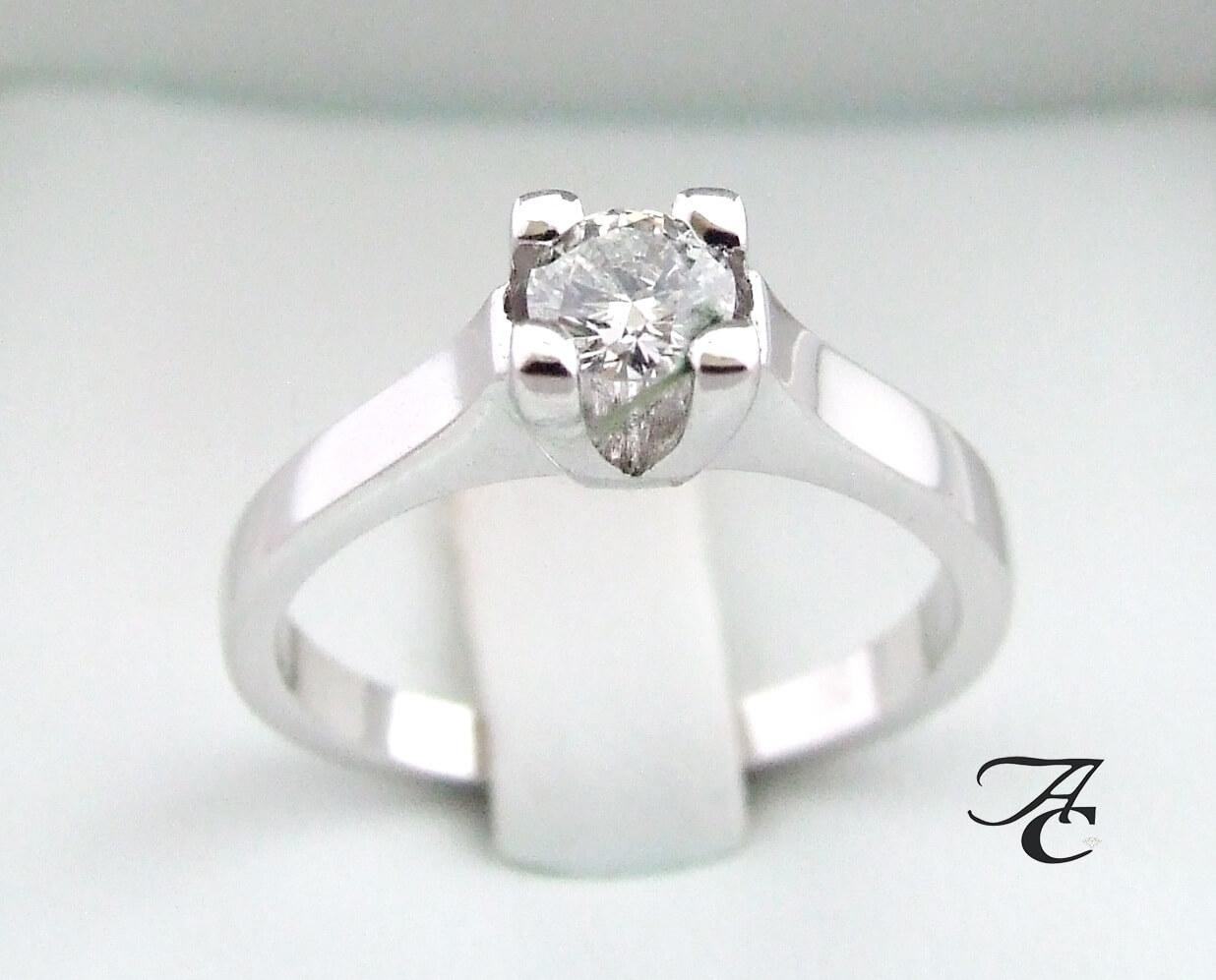 Wit gouden ring met solitair briljant