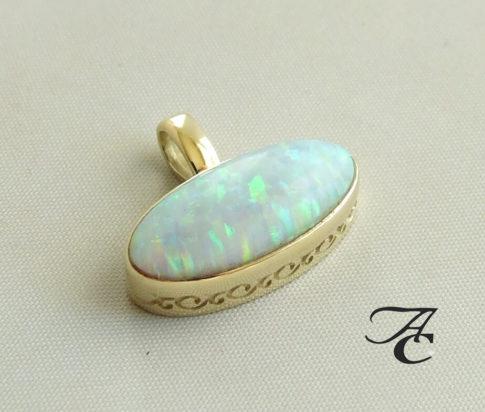 Gouden hanger met opaal
