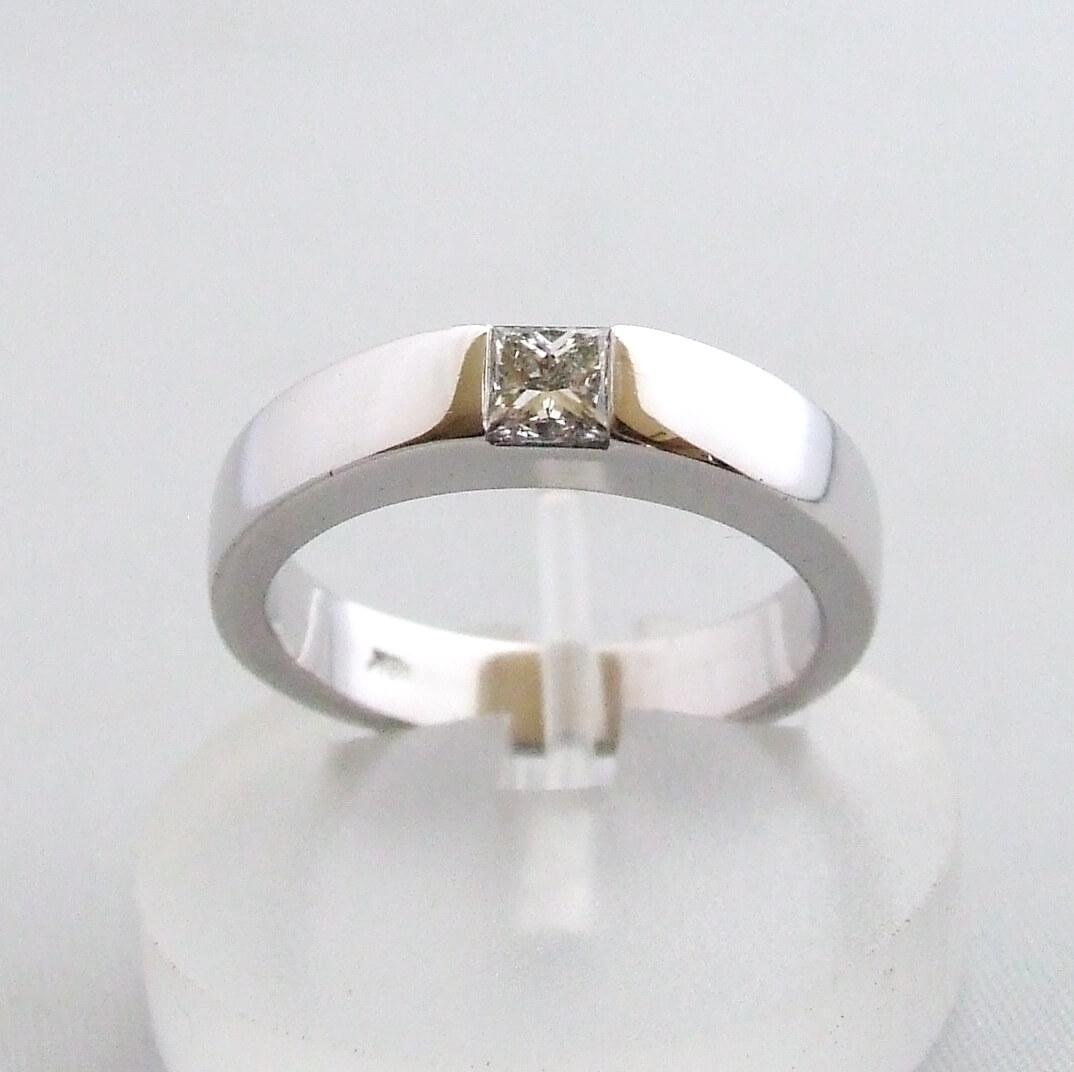 18 karaat wit gouden ring met diamant
