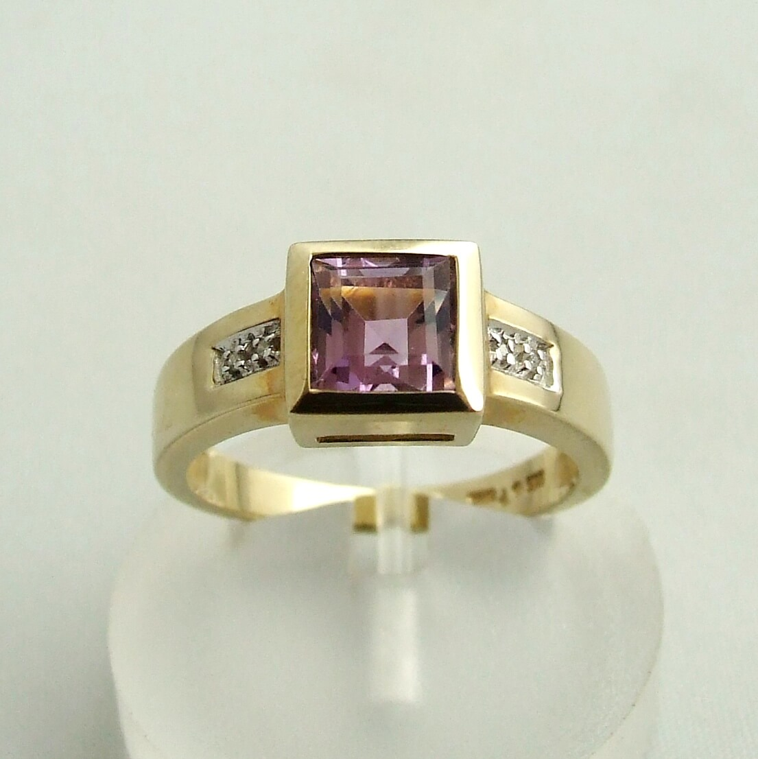 Geel gouden ring met amethyst