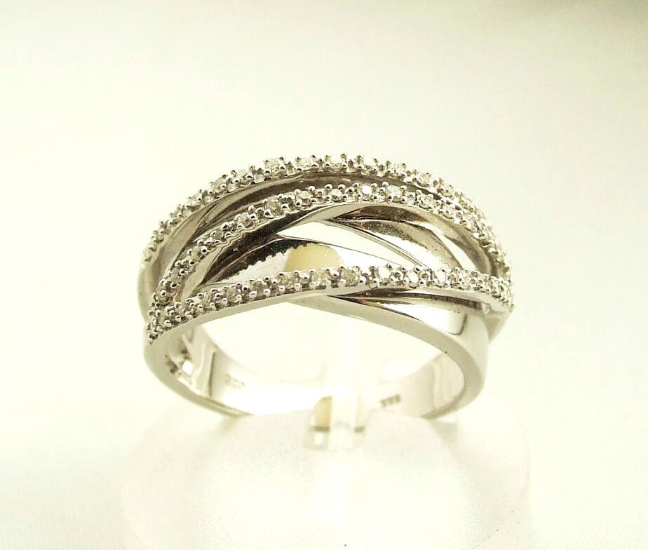 Wit gouden Christian ring met diamant