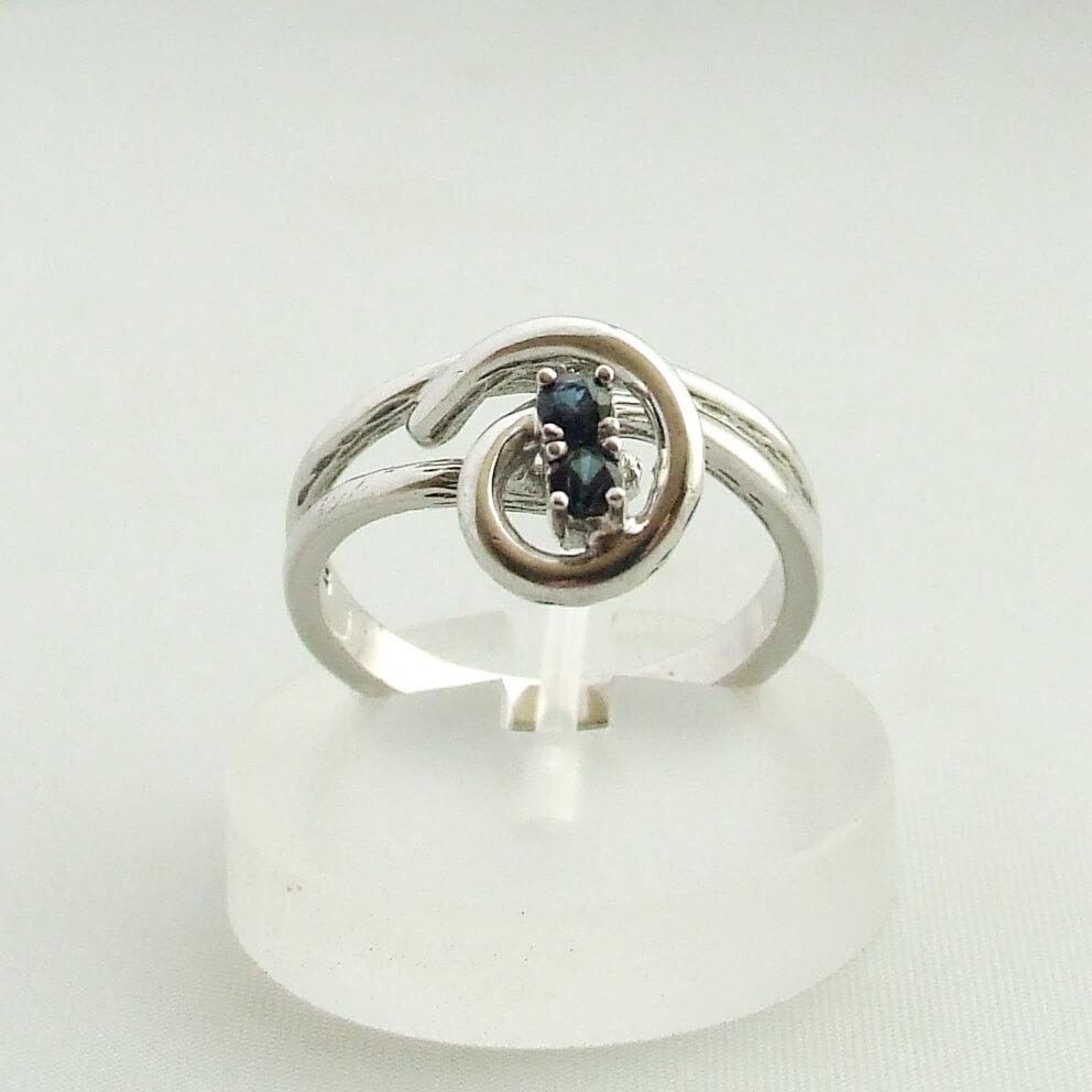 Wit gouden ring met saffier