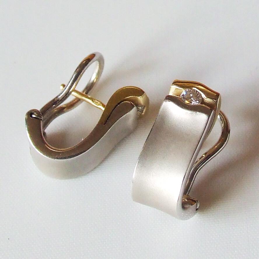 Bicolor oorbellen met briljant geslepen diamant