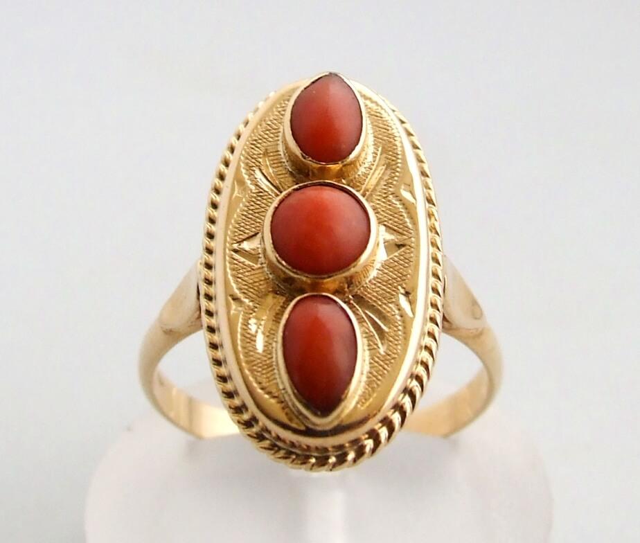 Gouden ring met bloedkoraal