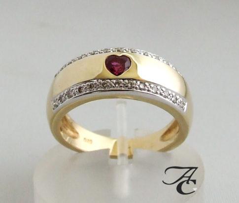 Gouden ring met diamanten en robijnen hart