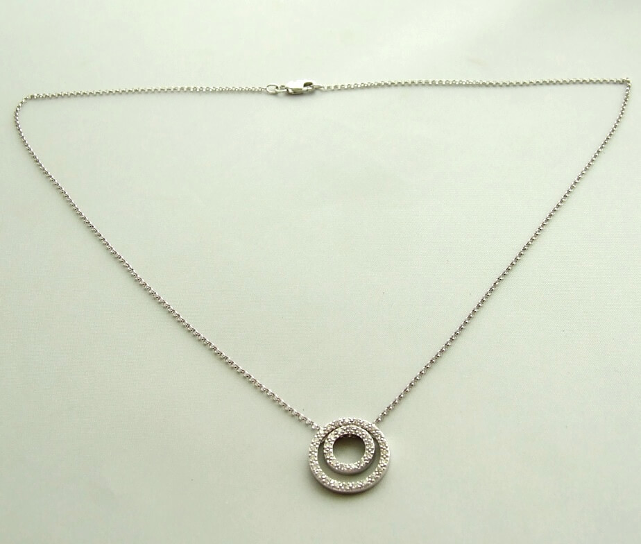 Wit gouden collier met diamanten hanger