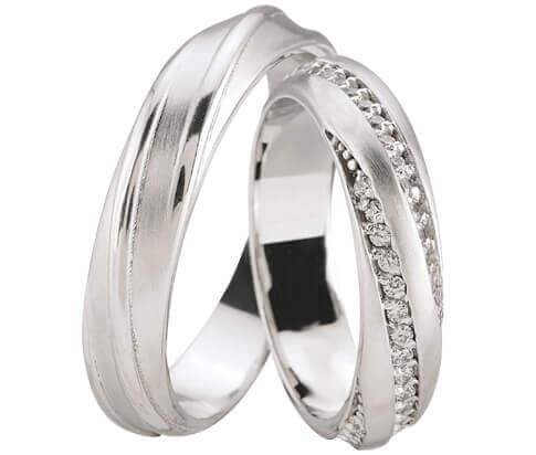Wit gouden trouwringen met 3 rijen diamanten