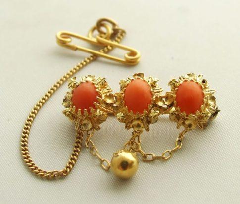 Gouden broche met bloedkoraal