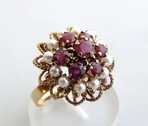 Gouden ring met robijn en parel