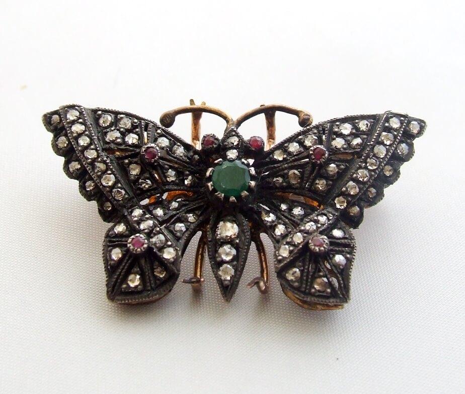 Antieke vlinder broche met roosdiamant, robijn en smaragd