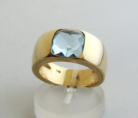 Gouden ring met topaas