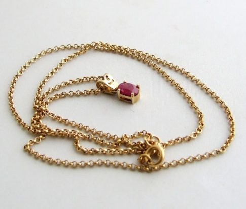 Gouden collier met robijn hanger