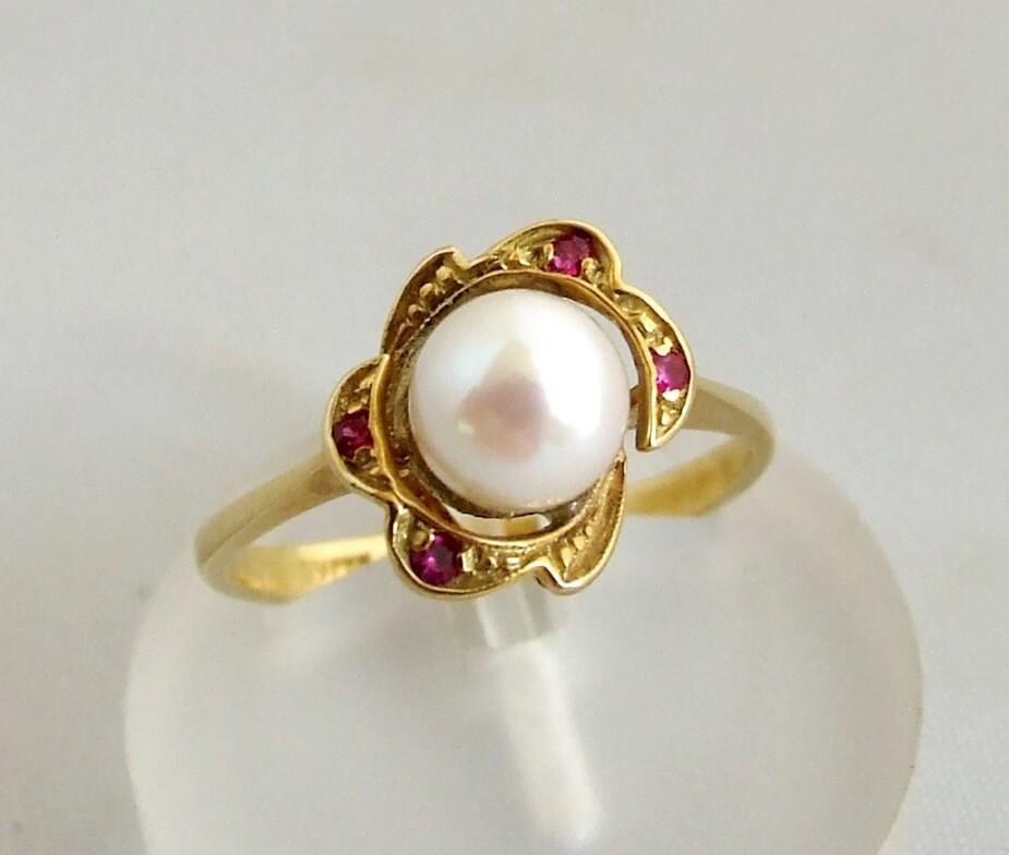 Gouden ring met parel en robijn