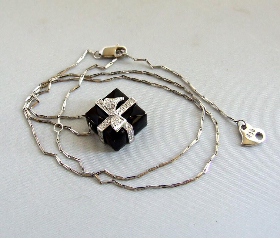 Wit gouden collier met onyx hanger en diamant