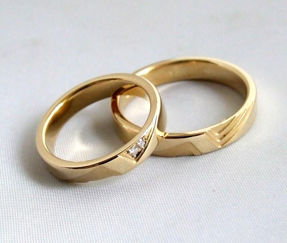 Gouden trouwringen met 2 diamanten