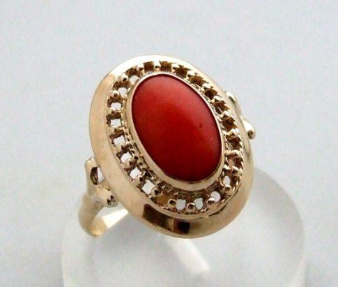 Occasion gouden ring met bloedkoraal