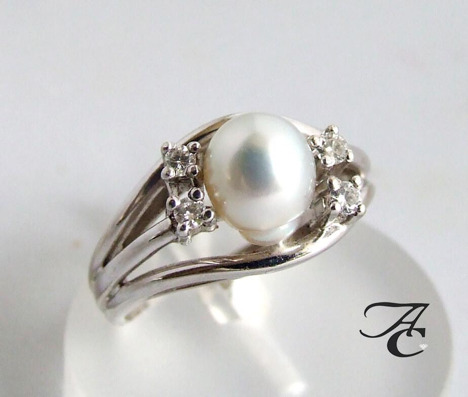 Wit gouden ring met diamant en parel