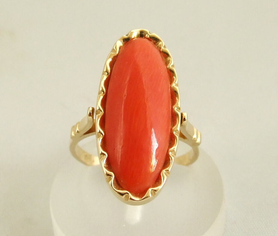 Geel gouden occasion ring met bloedkoraal