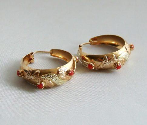 Gouden oorbellen met bloedkoraal