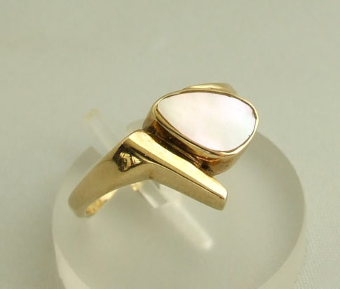 Gouden ring met parelmoer