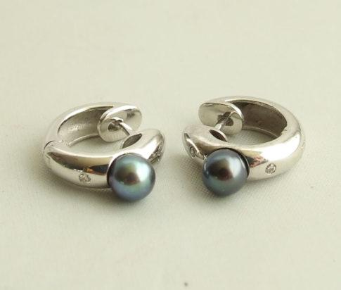 Wit gouden oorbellen met parels en diamant