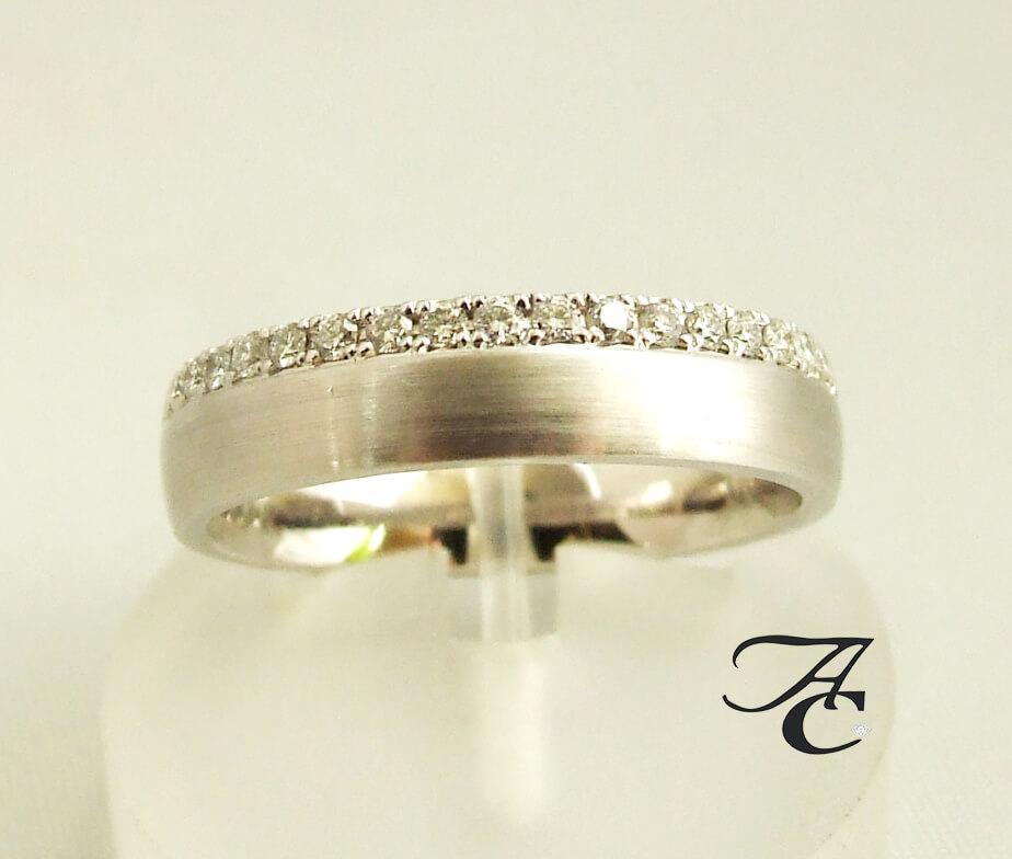 Wit gouden trouwring met diamanten