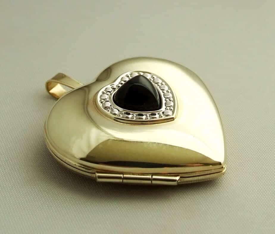 Gouden harten medaillon met diamanten en onyx