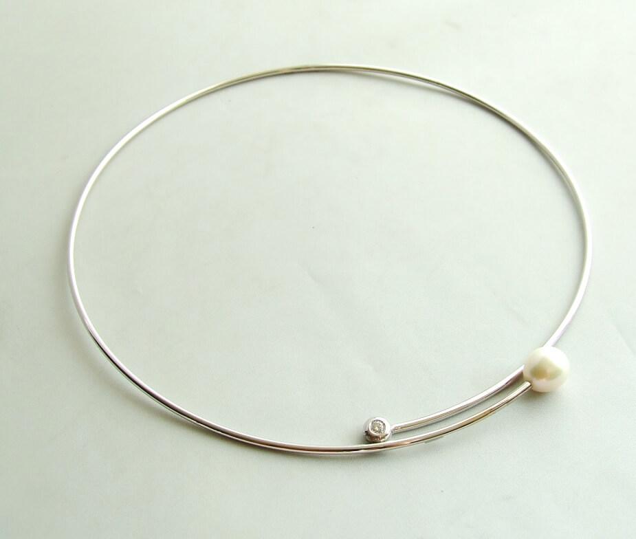 Wit gouden spang collier met parel en diamant