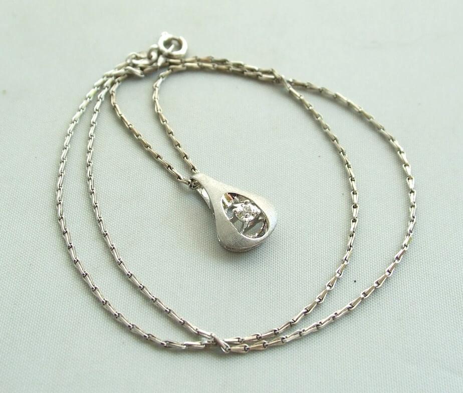 Wit gouden collier en hanger met diamant