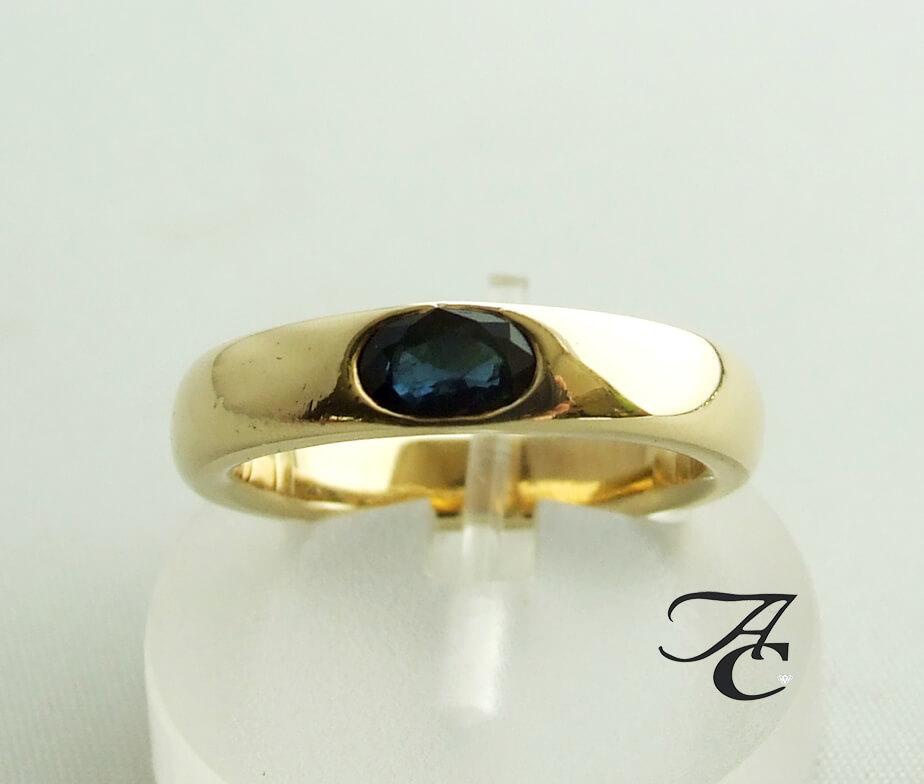 Geel gouden ring met saffier