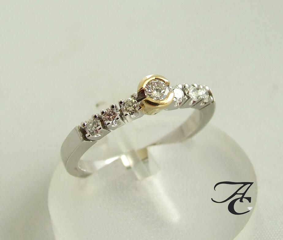 Wit gouden ring met diamanten