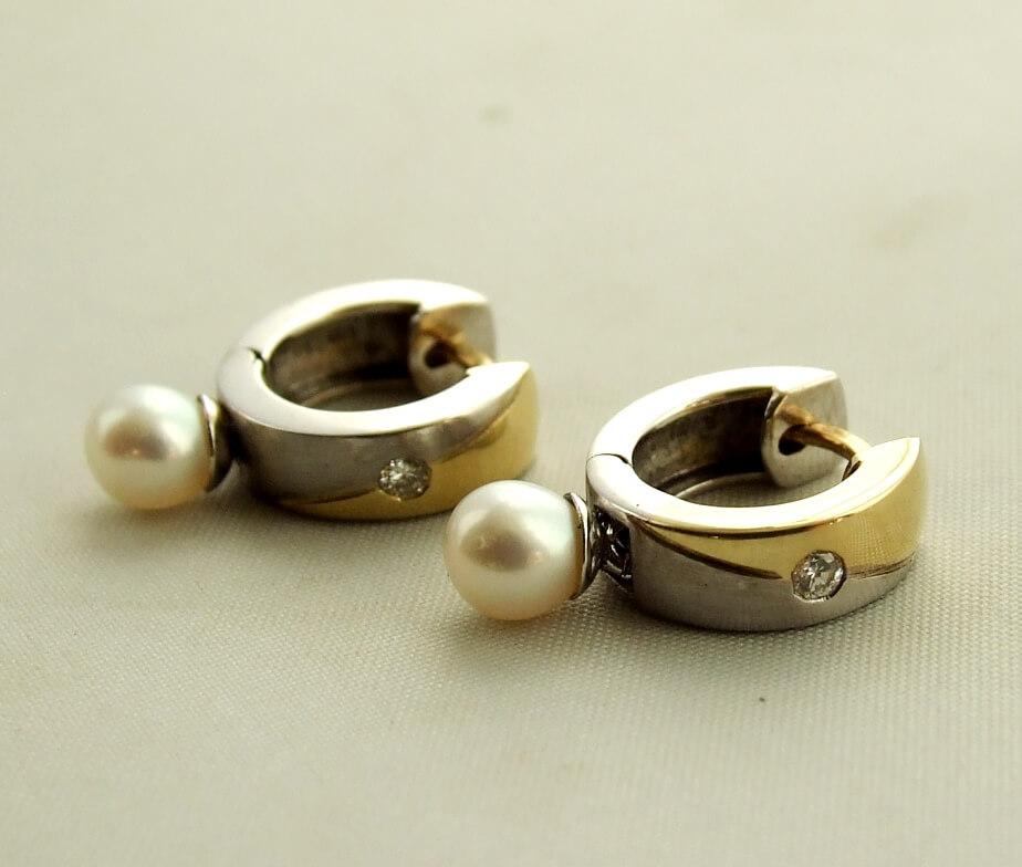Gouden creolen met diamant en parel