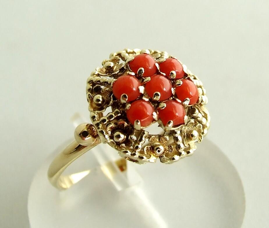 Geel gouden ring met bloedkoraal