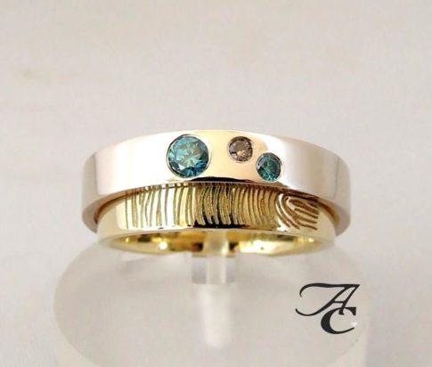 Vingerprint trouwring met blauwe en bruine diamant