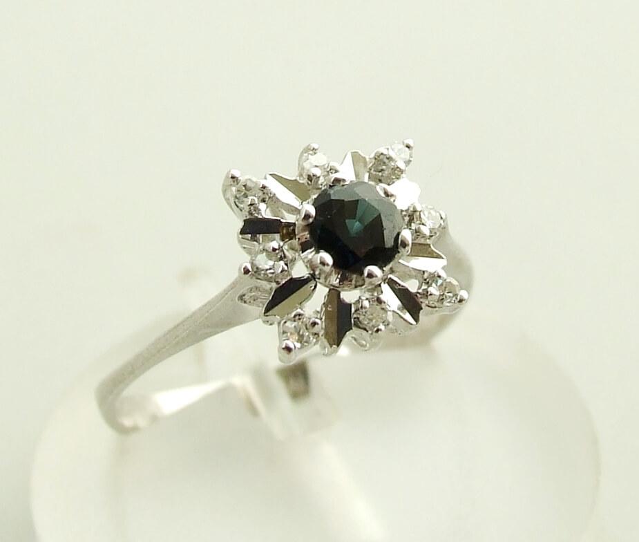 Wit gouden diamanten en saffieren ring