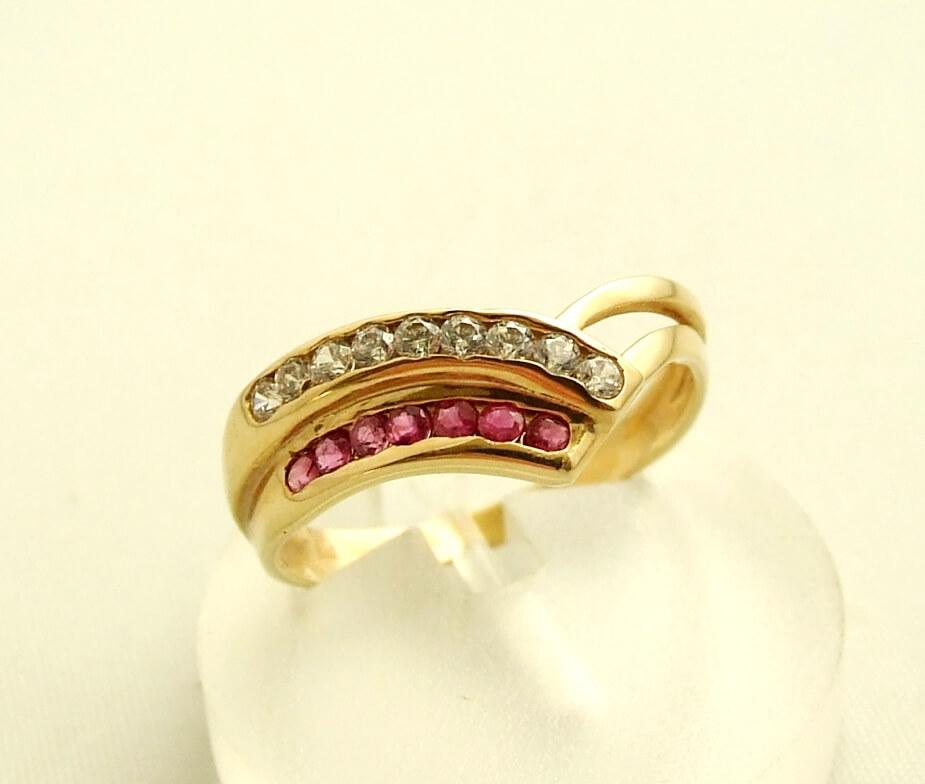 Gouden ring met robijn en zirkonia
