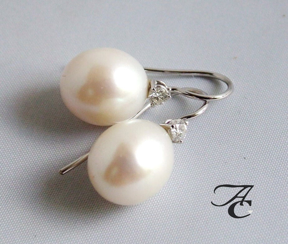 Wit gouden parel oorbellen met diamant