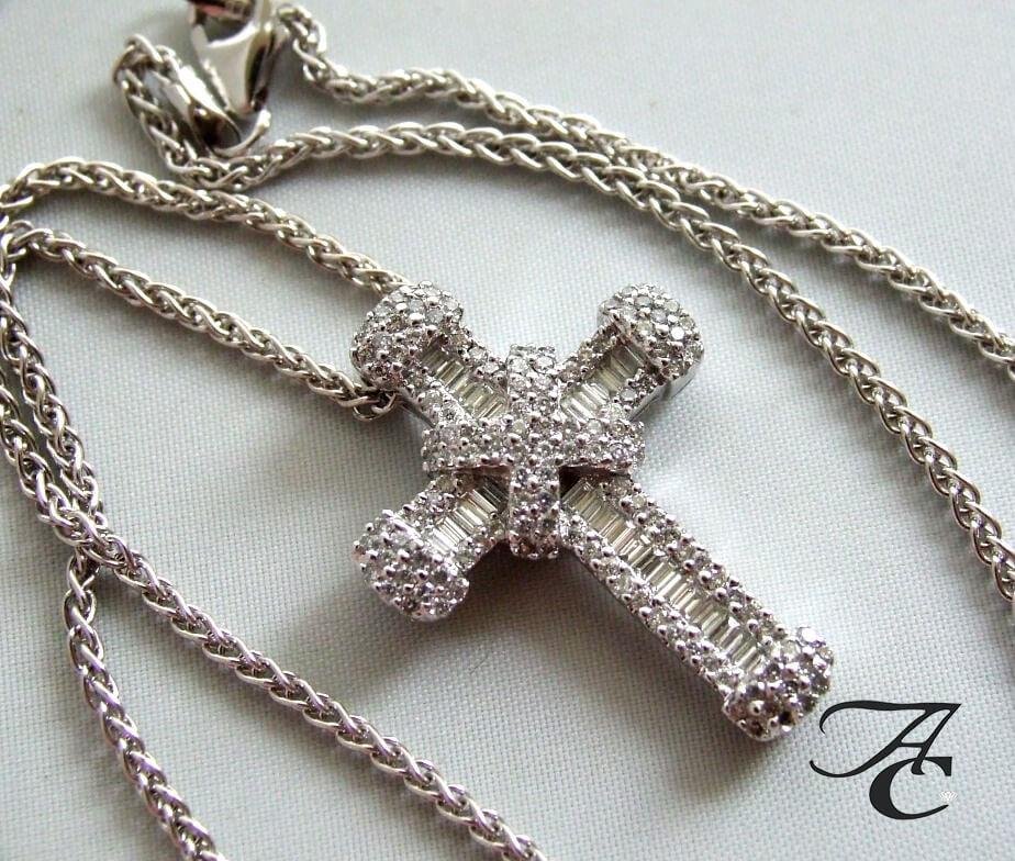 Wit gouden collier en kruis met diamanten