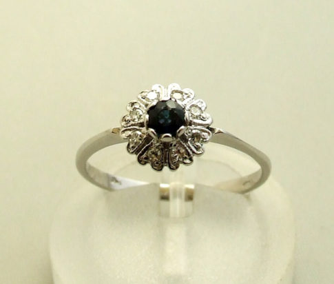 Wit gouden saffieren en diamanten ring