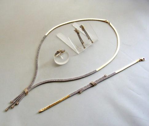 Gouden set sieraden met zirkonia