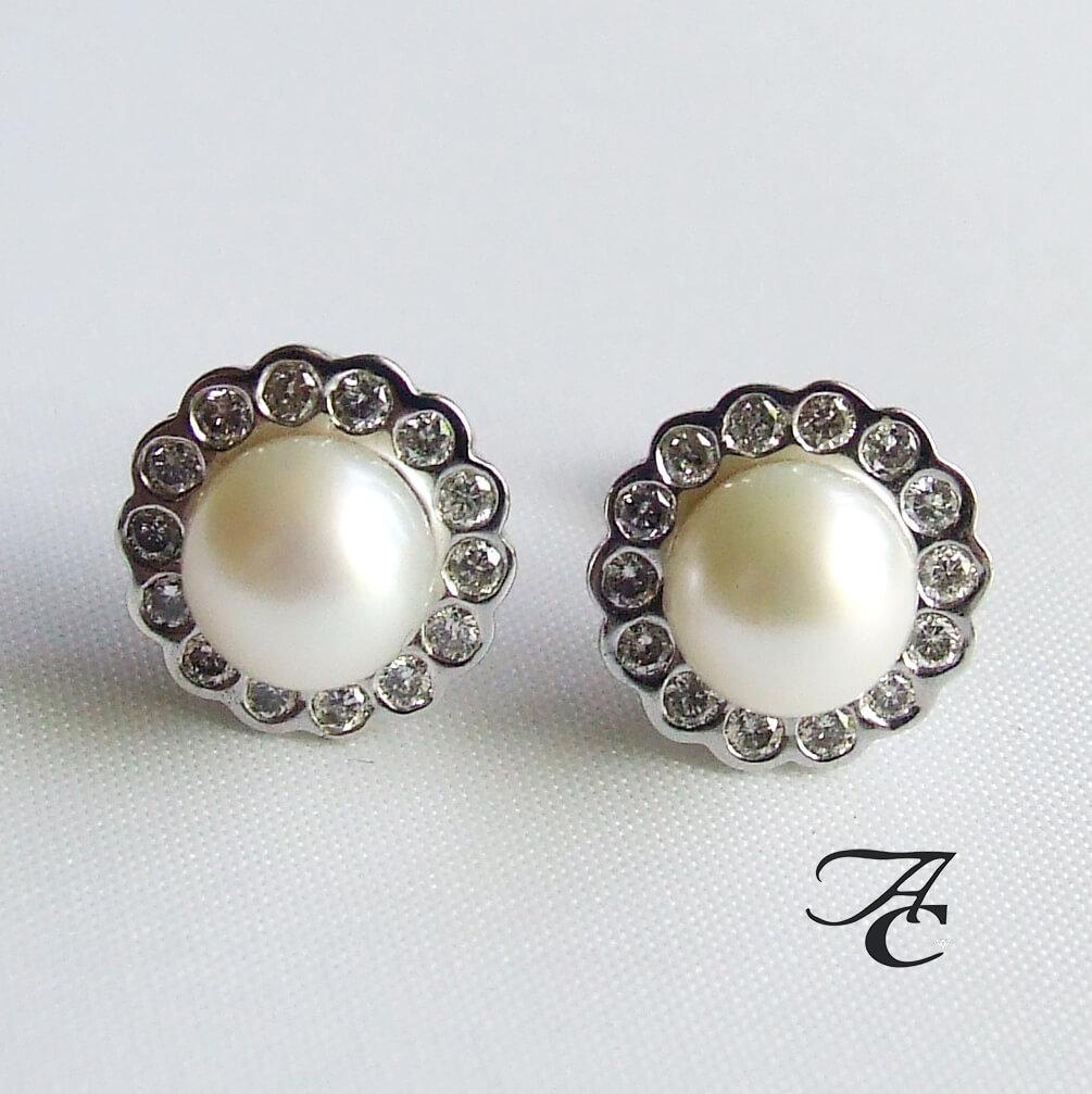 Wit gouden oorbellen met parel en diamant