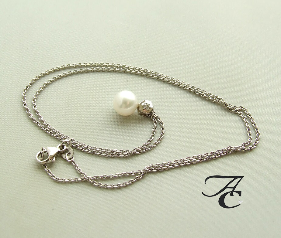 Wit gouden collier en hanger met parel en diamant