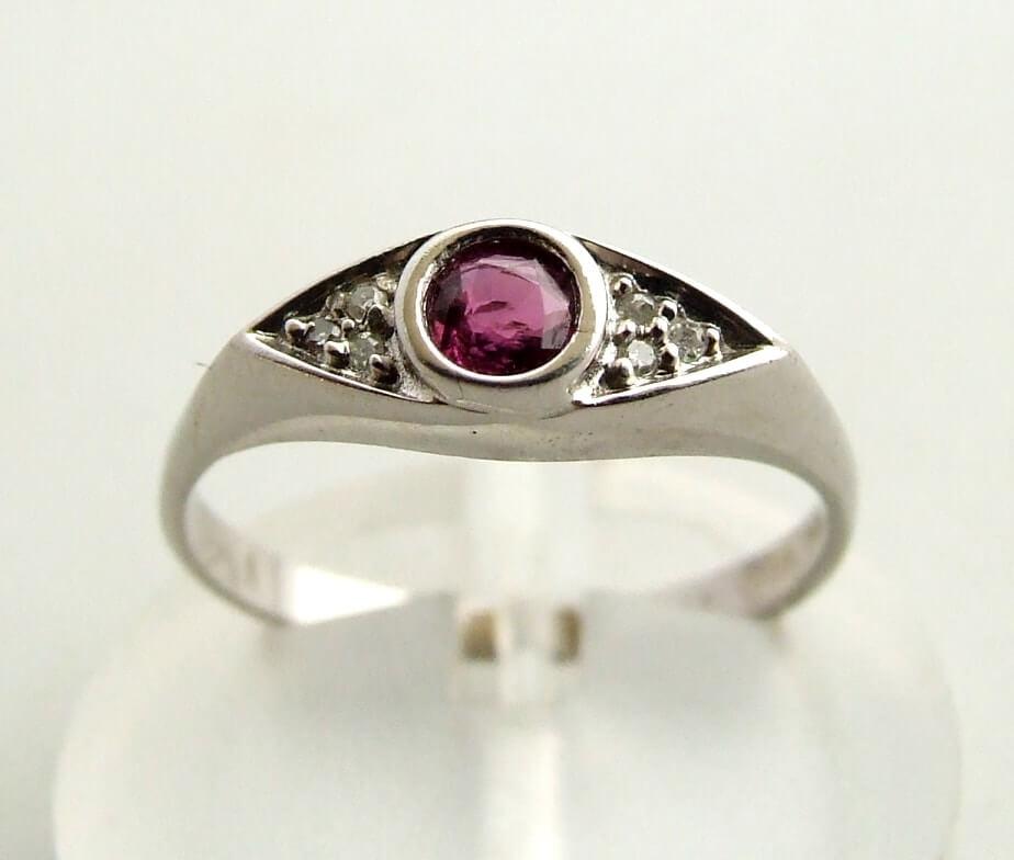 Wit gouden ring met robijn en diamanten