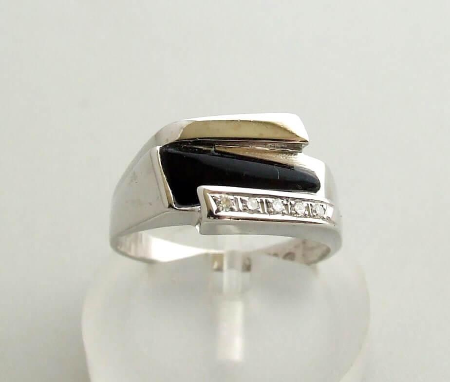 Wit gouden ring met onyx en diamanten