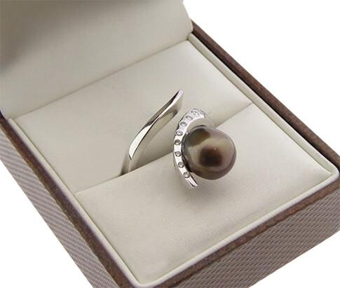 Wit gouden ring met parel en diamant