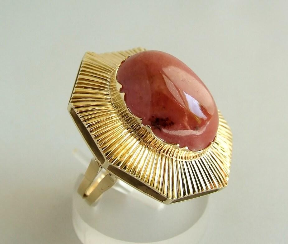 Gouden ring met rhodoniet