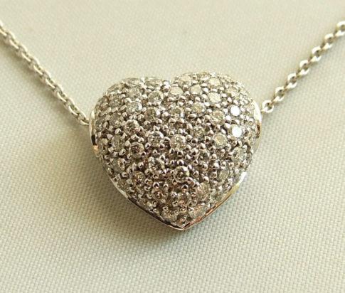 Wit gouden collier en harten hanger met diamanten