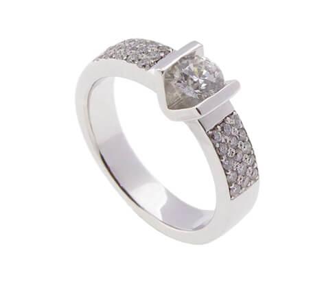 Wit gouden ring met briljant geslepen diamanten