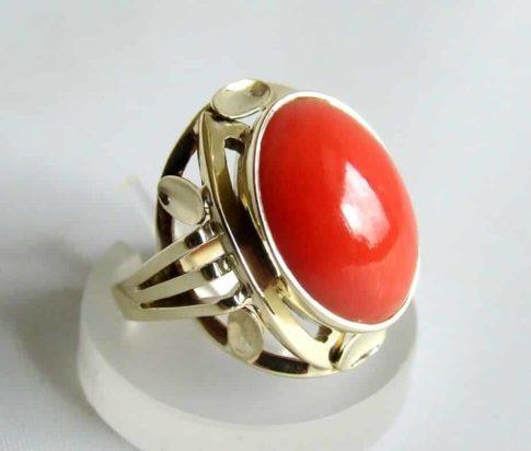 Occasion geel gouden ring met bloedkoraal